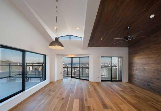 見上げるほどの天井高と大きな窓が織りなす解放感